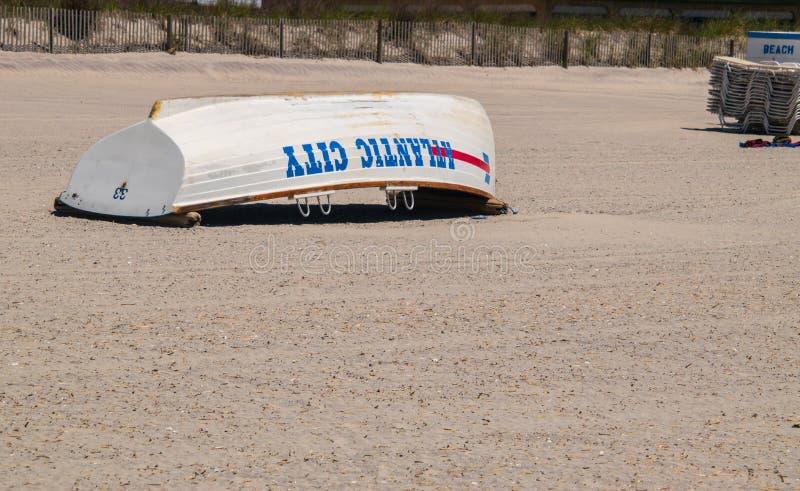 Atlantic City, New-jersey - 24 de maio de 2019: A areia branca bonita da praia da vista com bote de salvamento de Atlantic City g imagens de stock