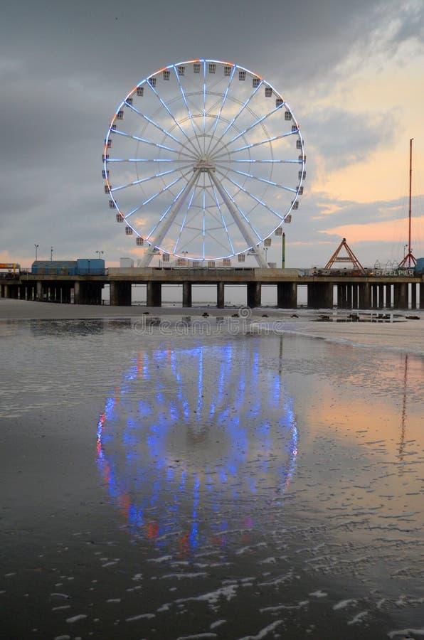 Atlantic City New-jersey Ferris Wheel no cais de aço imagens de stock