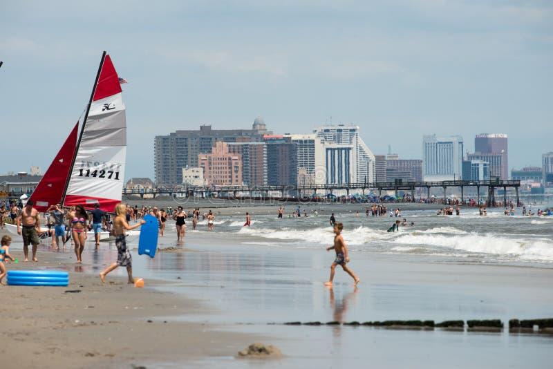 ATLANTIC CITY, NJ - 8 DE AGOSTO: A skyline e o Oceano Atlântico em Atlantic City, New-jersey o 8 de agosto de 2017 foto de stock