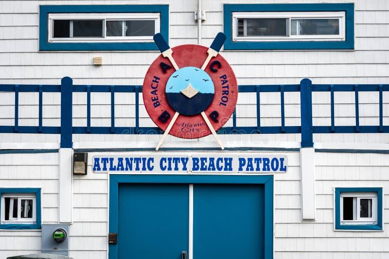 ATLANTIC CITY NYA - Jersey - JUNI 18, 2019: Stäng sig av Atlantic City strandpatrull förlägger högkvarter upp byggnad som ses så  royaltyfri fotografi