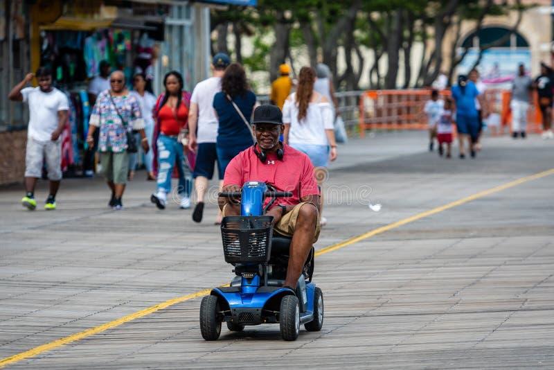 ATLANTIC CITY NYA - Jersey - JUNI 18, 2019: Turister går på 2na 5 mil lång strandpromenad i Atlantic City fotografering för bildbyråer