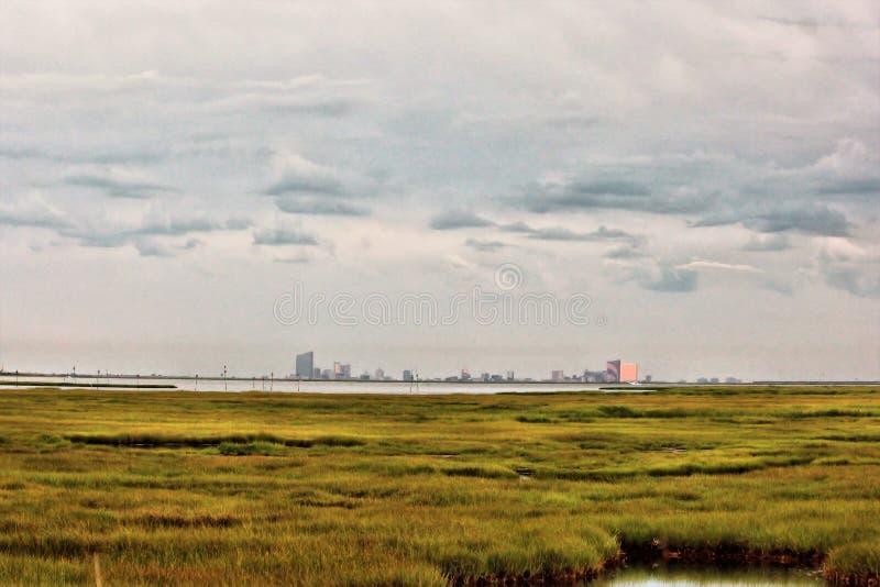 Atlantic City Skyline von den Sümpfen lizenzfreies stockbild
