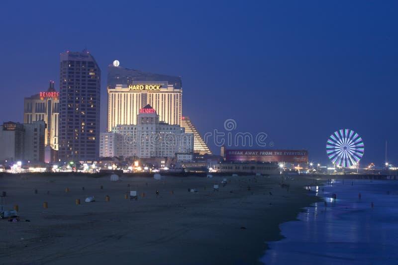 Atlantic City som är nytt - ärmlös tröjastrandpromenad på natten fotografering för bildbyråer