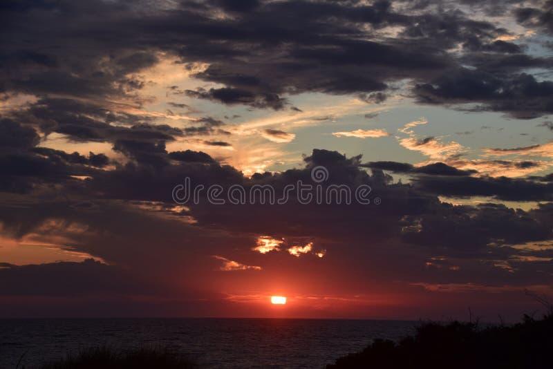 Atlantic Ocean над заходом солнца стоковая фотография