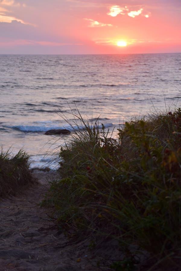 Atlantic Ocean над заходом солнца стоковая фотография rf