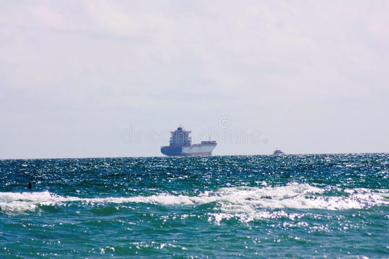 Atlantic Ocean i den Florida nästan solnedgången med ett skepp som är en sändningsbehållare fotografering för bildbyråer
