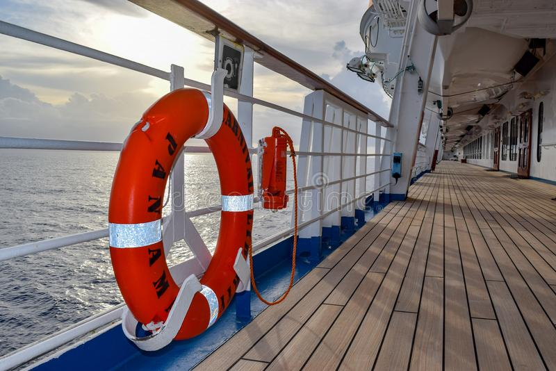 Atlantik - 29. März 2014: Orange Lebenboje auf Plattform des Karnevals-Freiheitskreuzschiffs stockbild