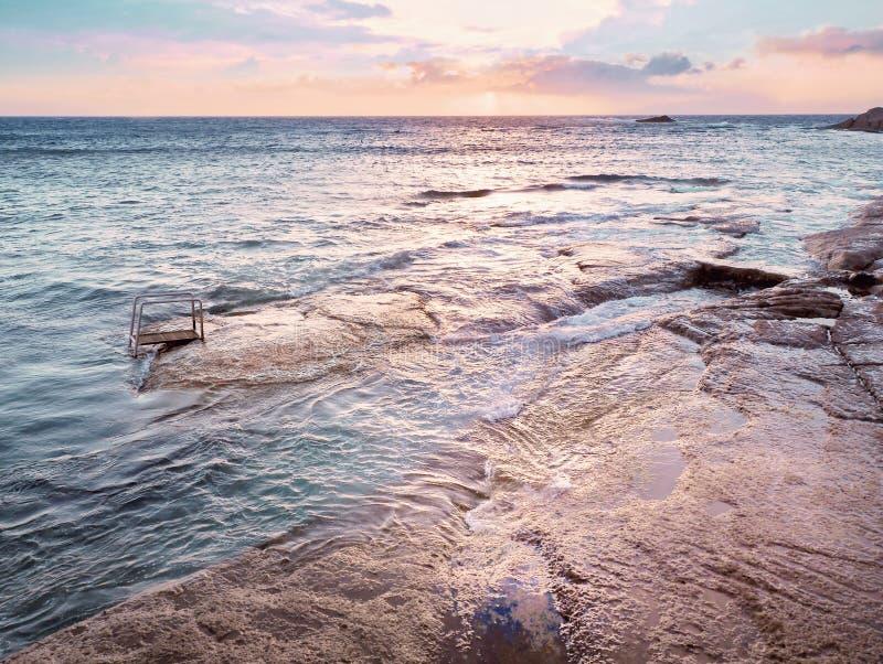 Atlantik- und Himmelmischen, ein Blau in violett Symphonie stockfotos