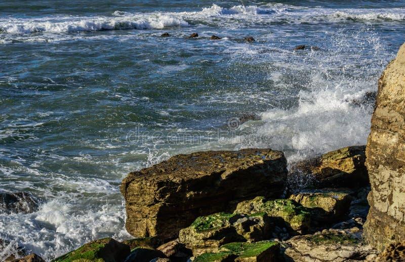 Atlantik, Welle, die auf Felsen an Strand Porto Barril, Ericeira - Portugal bricht stockfotografie