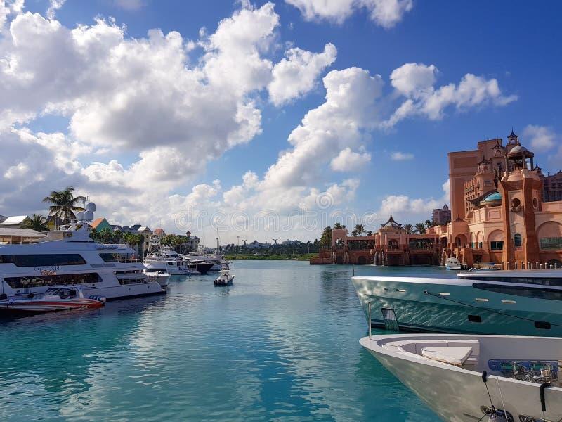 Atlantis Marina, raj wyspa Bahamas - 17 2017 Grudzień Widok luksusowy super jachtu marina obok famose obrazy royalty free