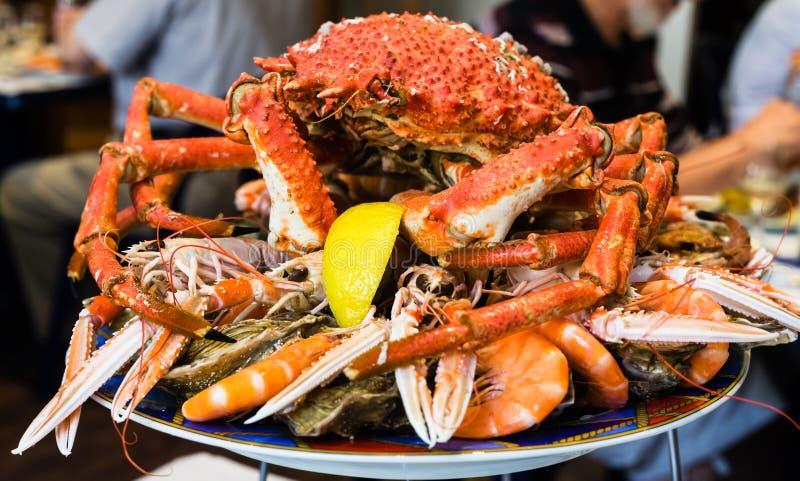 Atlantische krab op zeevruchtenplaat in lokaal restaurant stock afbeelding
