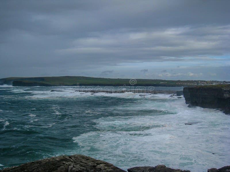 Atlantische Oceaan zwelt Verpletterd in het Land langs de Wilde Atlantische Manier royalty-vrije stock afbeelding