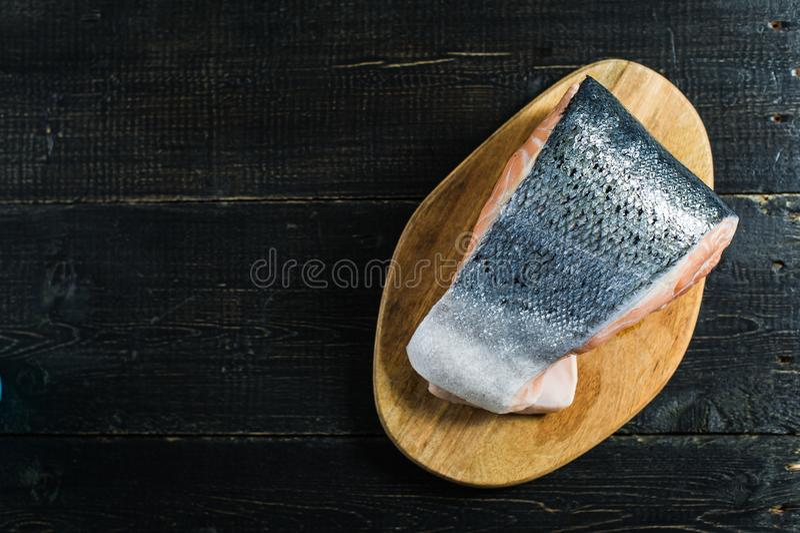 Atlantische ruwe zalm, lapje vlees op zwarte houten achtergrond royalty-vrije stock afbeeldingen