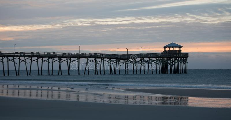 Atlantische strandpijler op de kust van Noord-Carolina bij zonsondergang royalty-vrije stock afbeeldingen