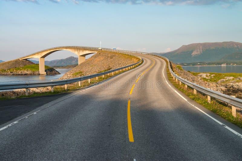 Atlantische Weg (Atlanterhavsvegen) in Noorwegen stock foto's