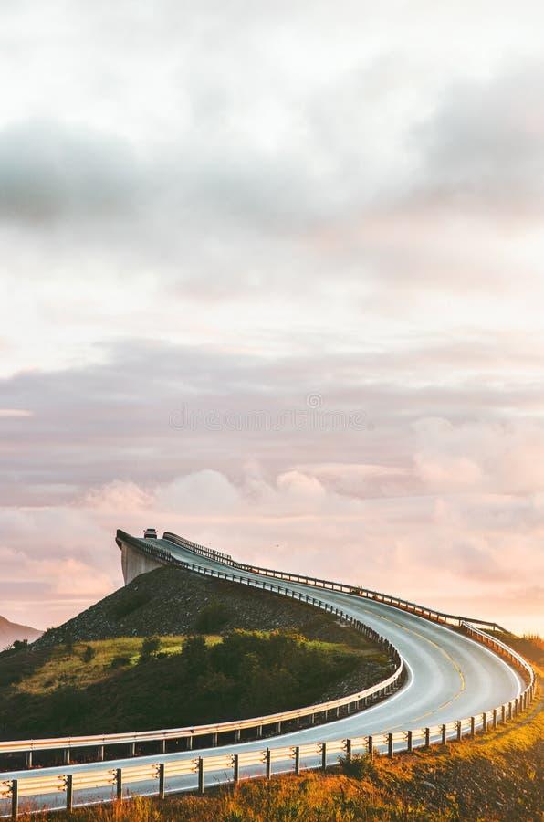 Atlantische weg in de brug van Noorwegen Storseisundet stock afbeelding