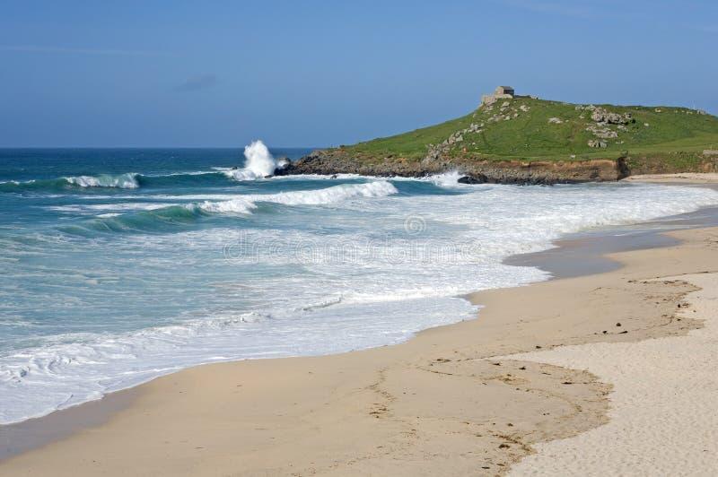 Atlantisches Meer bricht auf Porthmeor Strand Str. Ives. stockfotografie