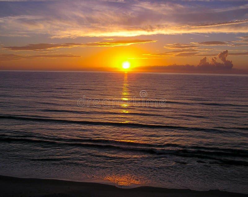 Atlantisk soluppgång, Melbourne, Florida kust royaltyfri bild