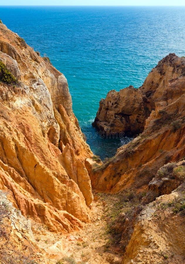 Atlantisk stenig kust (Ponta da Piedade, Lagos, Algarve, Portugal royaltyfri fotografi