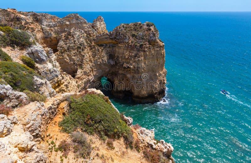 Download Atlantisk Stenig Kustlinje & X28; Algarve Portugal& X29; Fotografering för Bildbyråer - Bild av kustlinje, landskap: 76700711