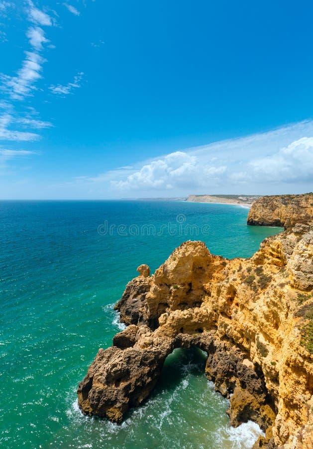 Download Atlantisk Stenig Kustlinje & X28; Algarve Portugal& X29; Arkivfoto - Bild av yellow, seascape: 76700752