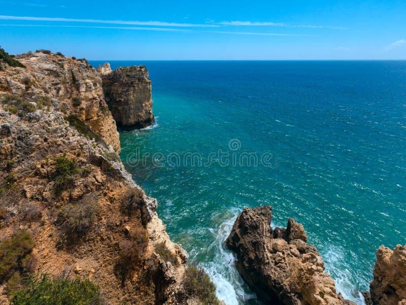 Download Atlantisk Stenig Kustlinje & X28; Algarve Portugal& X29; Fotografering för Bildbyråer - Bild av athwart, yellow: 76701057