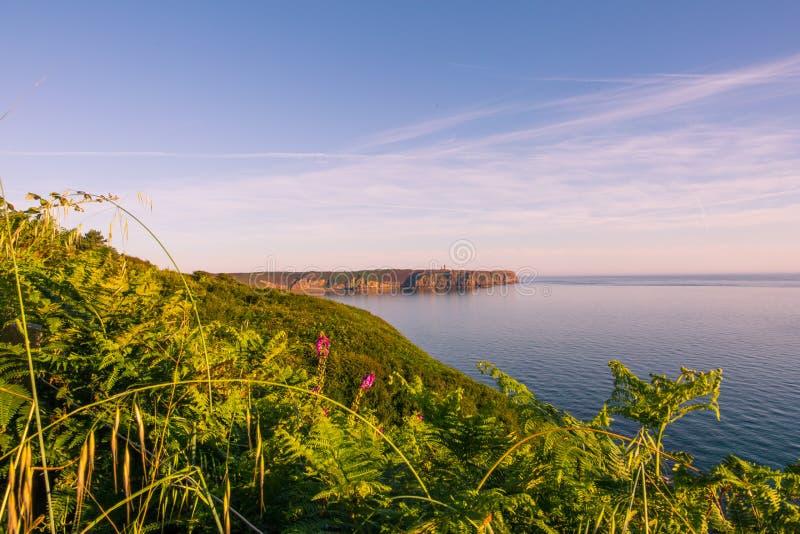 Atlantic Coastline and Cliff w pobliżu Fort la Latte w słoneczny dzień letni w Bretagne, Francja zdjęcia stock