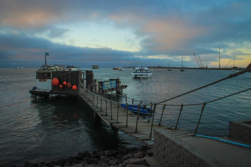 Atlantycka linia brzegowa z jetty przy półmrokiem Łódkowate wycieczki zdjęcia stock
