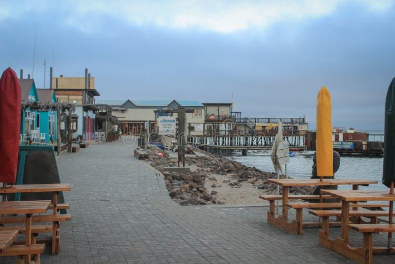 Atlantycka linia brzegowa z jetty przy p??mrokiem Pusta restauracja na molu zdjęcia royalty free
