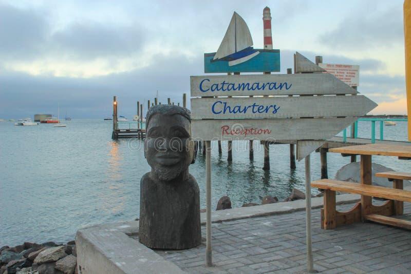 Atlantycka linia brzegowa z jetty przy p??mrokiem Rzeźby i pointeru hotel zdjęcia royalty free