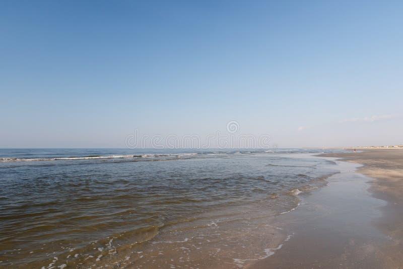 Atlantycka ocean plaża sceniczna przy niskim przypływem fotografia royalty free