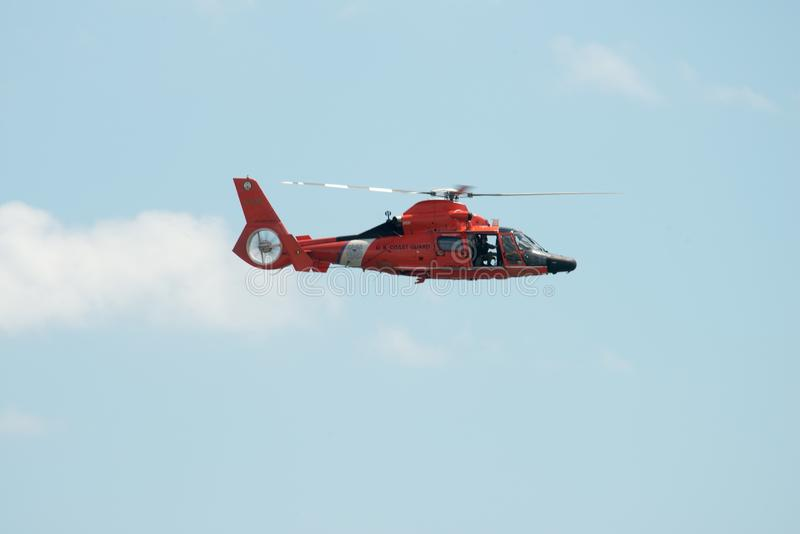 ATLANTYCKI miasto, NJ - SIERPIEŃ 17: USA straży przybrzeżnej helikopter przy Rocznym Atlantyckim miasto pokazem lotniczym na Sier obrazy stock