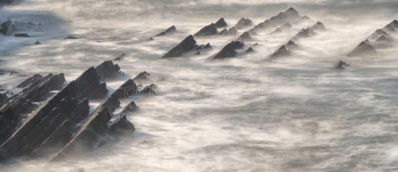 Atlantycki ocean na strzępiastych skałach Opactwo rzeki plaża, Hartland, Devon zdjęcia royalty free