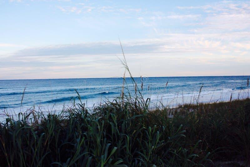 Atlantycki ocean w Floryda blisko do zmierzchu zdjęcie stock