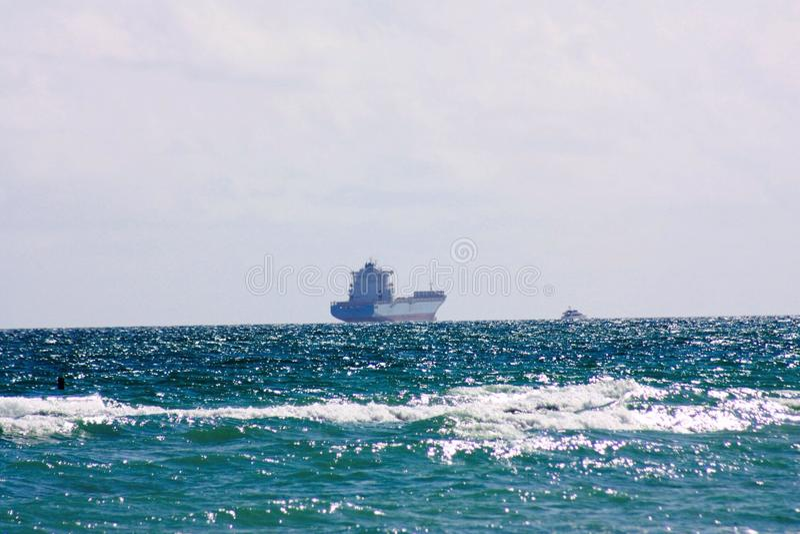 Atlantycki ocean w Floryda blisko do zmierzchu z statkiem który jest kontenerem obraz stock