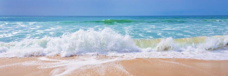 Atlantycki ocean, widok fala na plaży zdjęcie royalty free