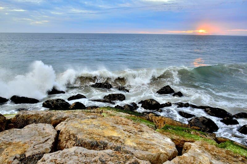 Atlantycki oceanu wybrzeże w Costa da Caparica, Lisbon, Portugalia zdjęcie stock