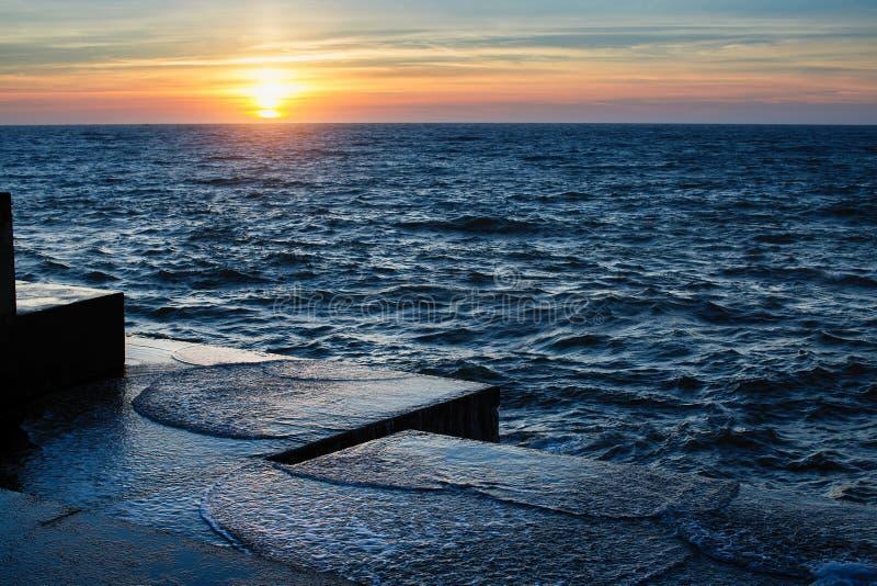 Atlantycki zmierzch przy kamiennym molem w spokój pogodzie Natura zdjęcie stock