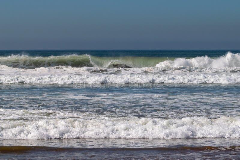 Atlantyckie ocean fale stacza się wewnątrz i łama na piasek plaży przy Agadir, Maroko, Afryka obrazy royalty free