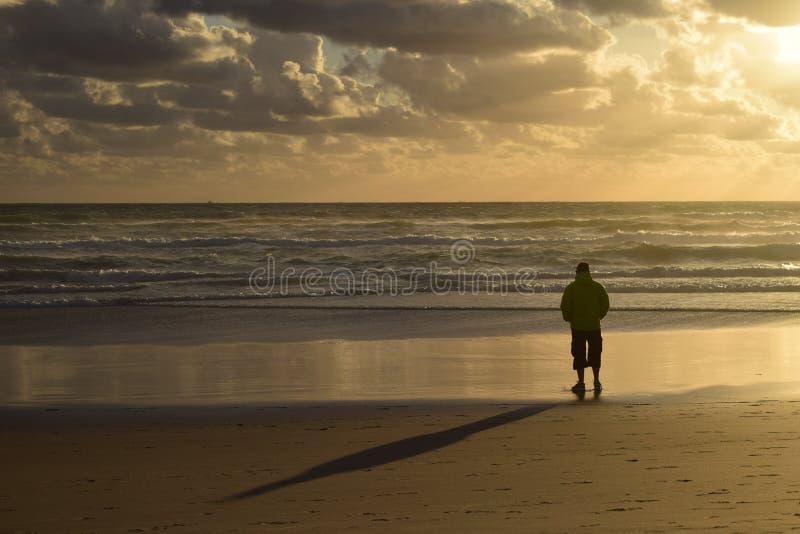 Atlantyk fala rozbija przy zmierzchem zdjęcia royalty free