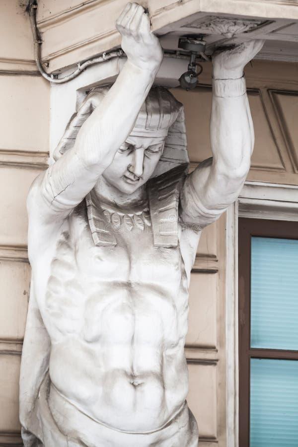 Atlas, élément décoratif de colonne de façade classique photo libre de droits