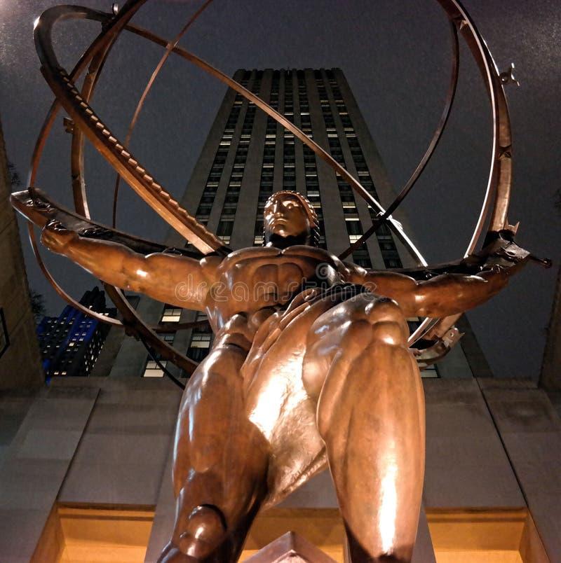 Atlas ist eine Bronzestatue vor Rockefeller-Mitte stockfoto
