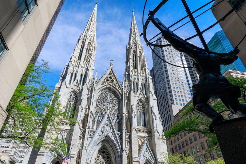Atlasstatue und St Patrick Kathedrale gelegen in Fifth Avenue, Manhattan, New York City lizenzfreies stockbild