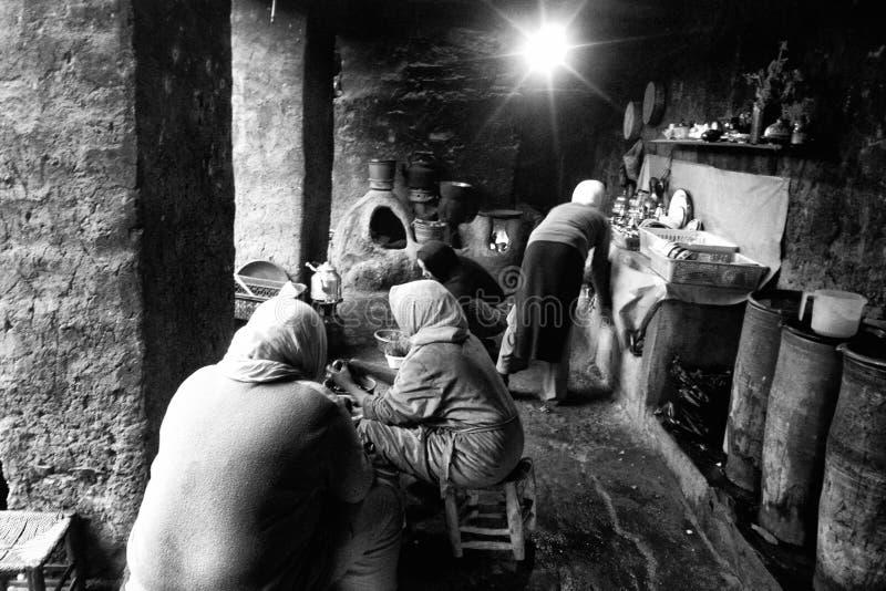 Atlasvrouwen die aan hun keuken werken royalty-vrije stock foto