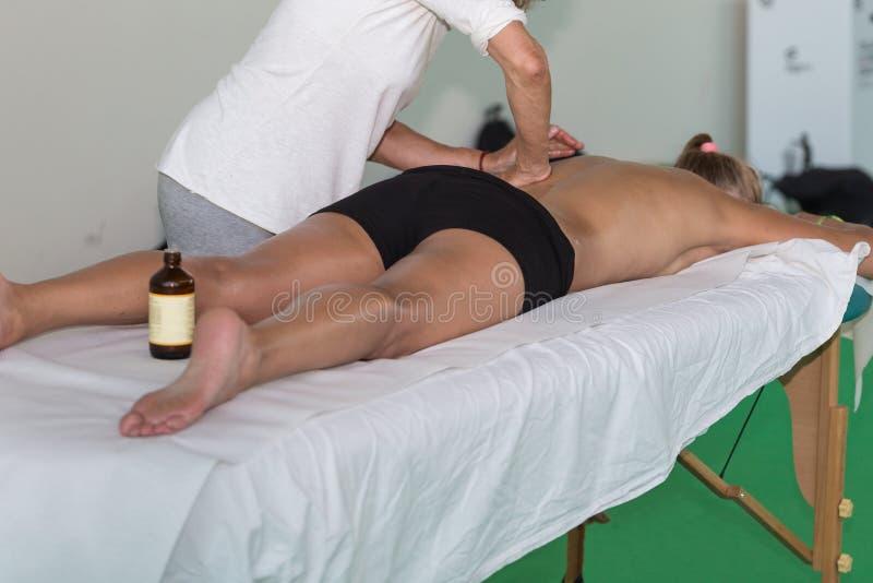 Atleet Back Massage na Fitness Activiteit - Wellness en Sport stock afbeelding