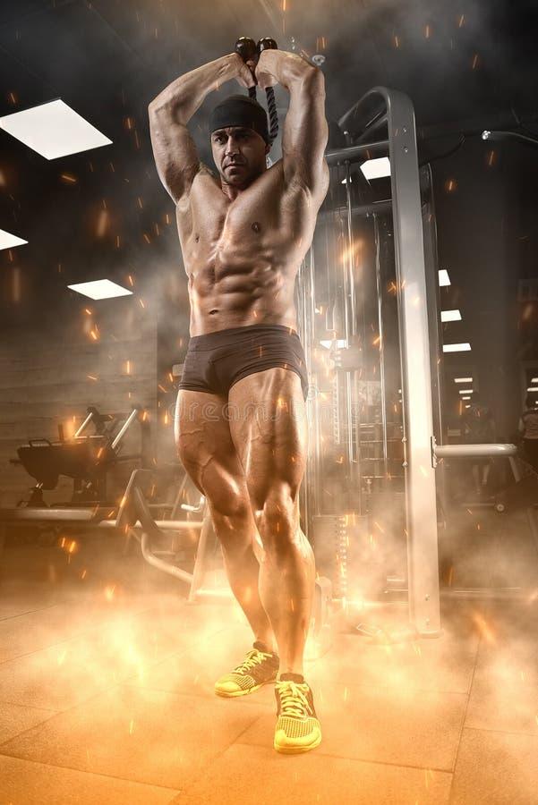 Atleet in de gymnastiek royalty-vrije stock fotografie
