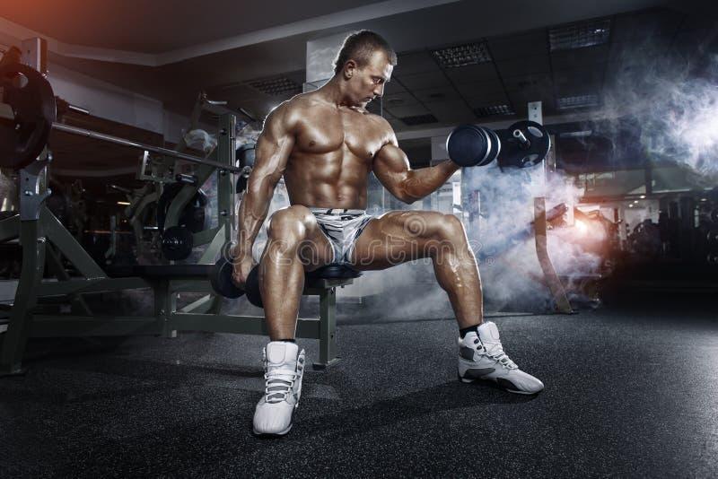 Atleet in de gymnastiek opleiding met domoren royalty-vrije stock foto