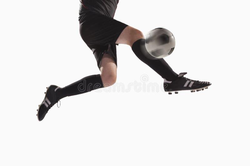 Atleet die een voetbalbal schoppen royalty-vrije stock foto's