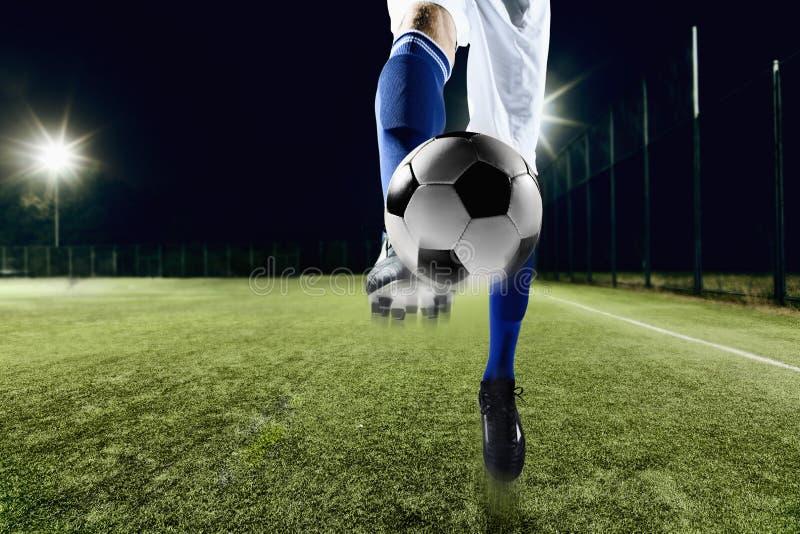 Atleet die een voetbalbal schoppen royalty-vrije stock fotografie
