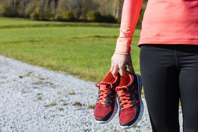 Atleet die haar opleidingsschoenen dragen stock foto's